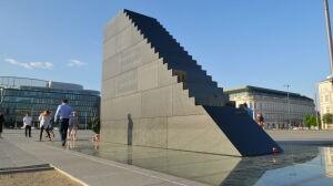 Policja: sześciu funkcjonariuszy codziennie ochrania pomnik smoleński
