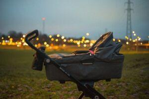 W wózku dziecko, na ziemi pijana matka