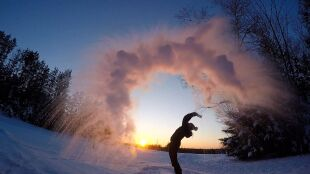 """Woda wylana ze szklanki natychmiast zamarza, a Niagara to """"lodospad"""""""