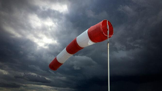 Noc z silnymi porywami wiatru. Obowiązują ostrzeżenia IMGW