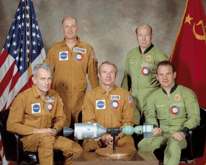 Astronauci biorący udział w połączeniu statków Apollo 18 i Sojuz 19 podczas lotu w przestrzeni kosmicznej; Leonow w drugim rzędzie po prawej stronie