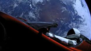 Samochód czerwony rakietą na Marsa mknie